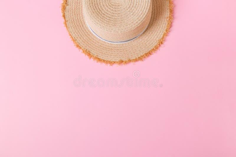 Vue supérieure de rétro chapeau de paille jaune avec l'espace de copie concept d'été sur le fond rose photographie stock libre de droits