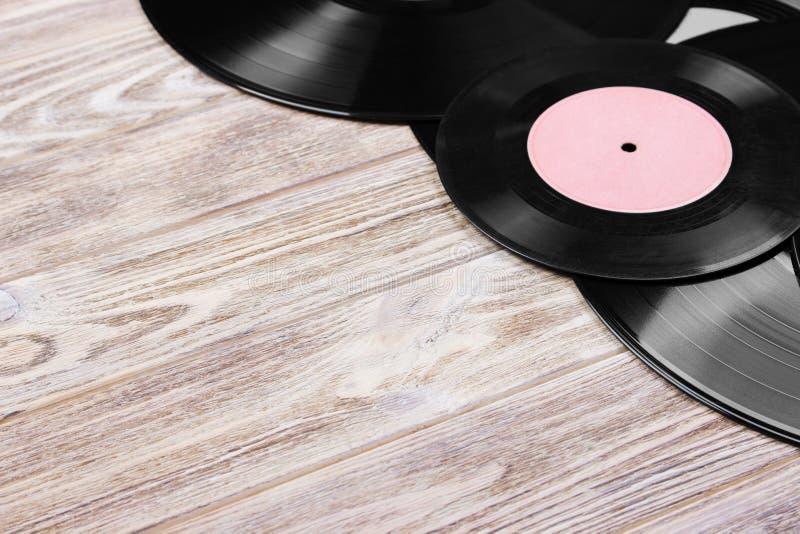 Vue supérieure de rétros disques vinyle au-dessus de fond en bois Copiez l'espace pour le texte image stock