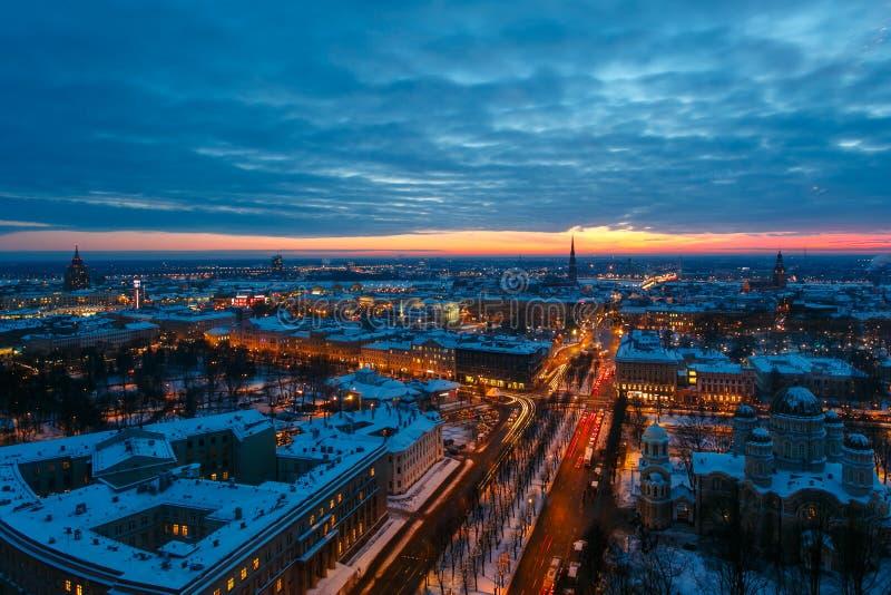 Vue supérieure de Riga égalisant au coucher du soleil photographie stock libre de droits