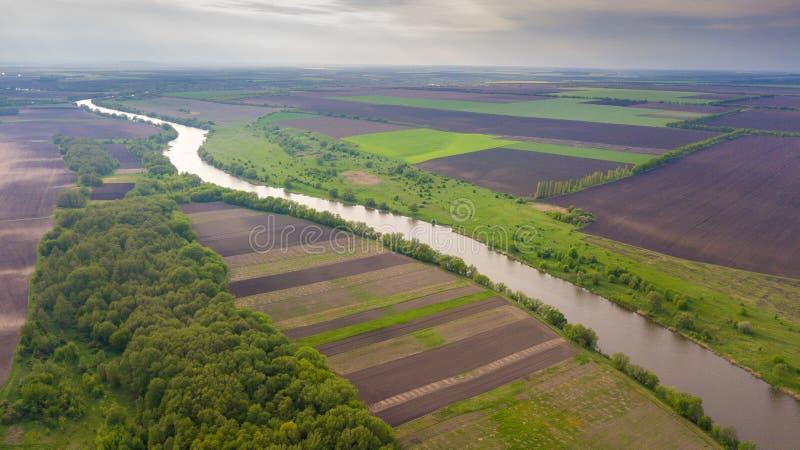 Vue supérieure de rivière et de champs E Belle vue des agropolis Ressort zones vertes photos stock