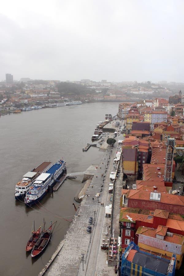 Vue supérieure de rivière de Ribeira et de Douro dans la vieille ville de Porto image libre de droits