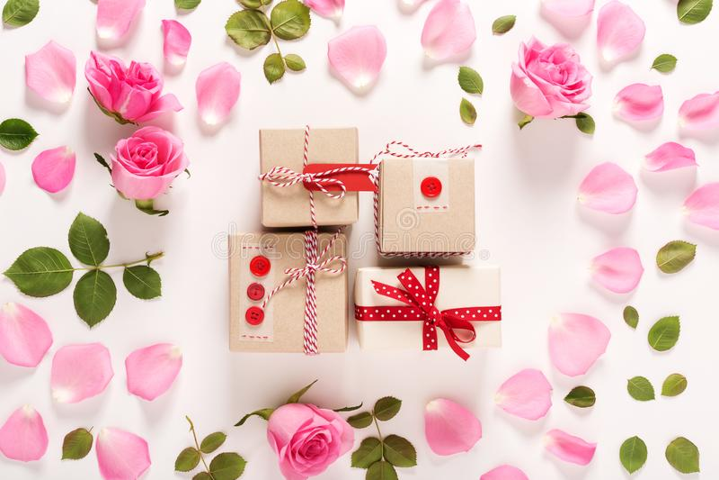 Vue supérieure de roses et de boîtes de présent photos stock