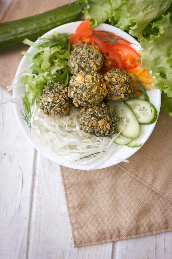 Vue supérieure de salade de falafel dans la cuvette blanche La salade incluent les légumes frais et le falafel photo libre de droits