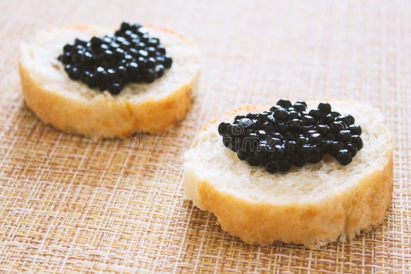 Vue supérieure de sandwich savoureux avec le caviar noir sur le fond de marbre blanc L'espace libre pour le texte Caviar noir photo libre de droits