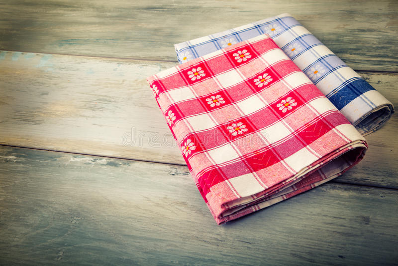 Vue supérieure de serviette à carreaux sur la table en bois photo stock