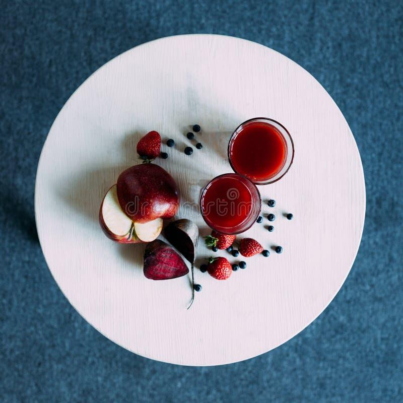 vue supérieure de smoothie rouge naturel sain en verres et ingrédients organiques images libres de droits