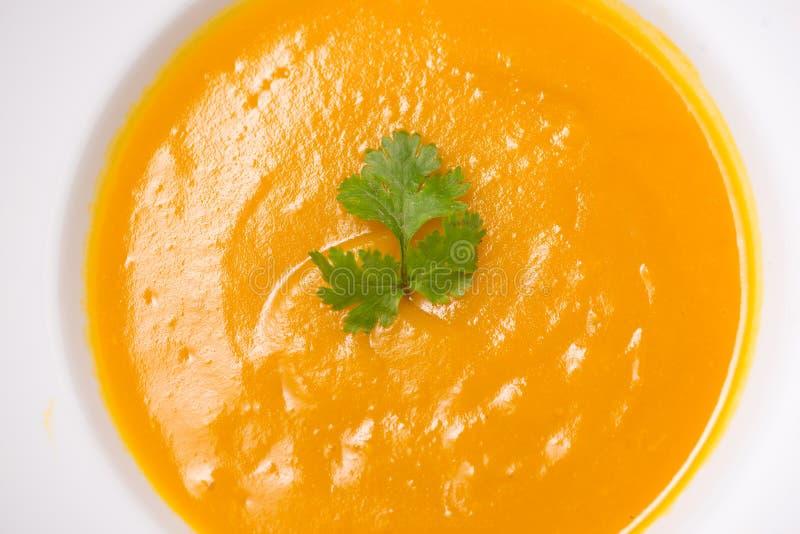 Vue supérieure de soupe à potiron et à carotte avec de la crème et le persil sur b images stock