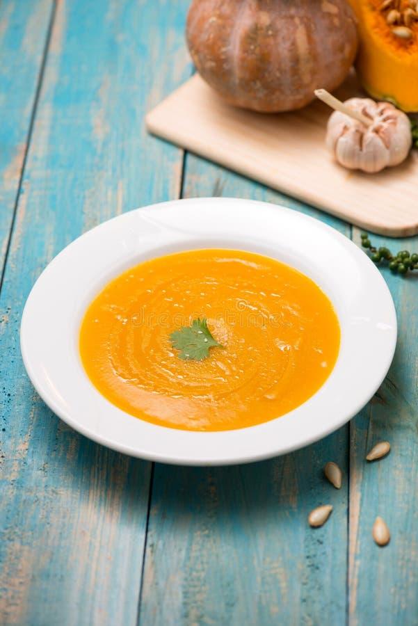 Vue supérieure de soupe à potiron et à carotte avec de la crème et le persil sur b photographie stock libre de droits