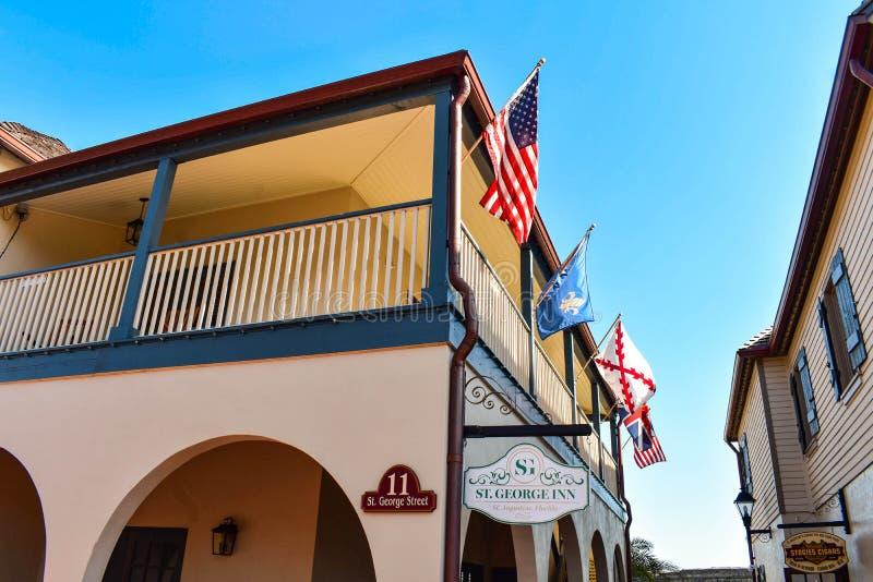 Vue supérieure de St George Inn Hotel et drapeaux colorés dans la côte historique de la Floride photos libres de droits