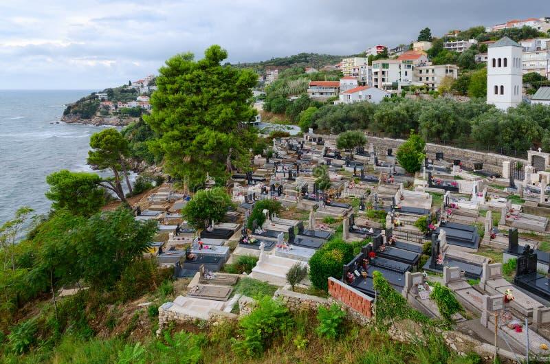 Vue supérieure de station touristique de côte d'Ulcinj et de cimetière près de vieilles ville et église de Saint-Nicolas, Monténé image libre de droits