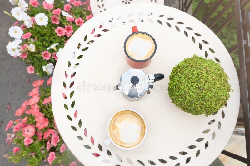 Vue supérieure de table basse avec des tasses de café sur le balcon image stock