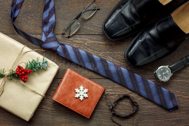Vue supérieure de Tableau de la mode d'hommes d'accessoires à voyager avec des décorations et Noël d'ornements le Joyeux photos stock