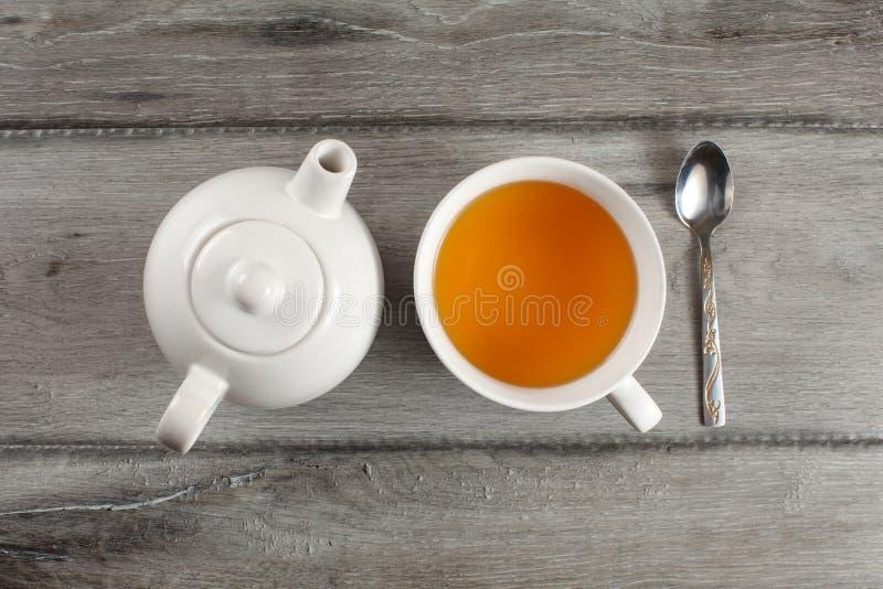Vue supérieure de Tableau sur la théière en céramique blanche, tasse de thé noir chaud, a photographie stock