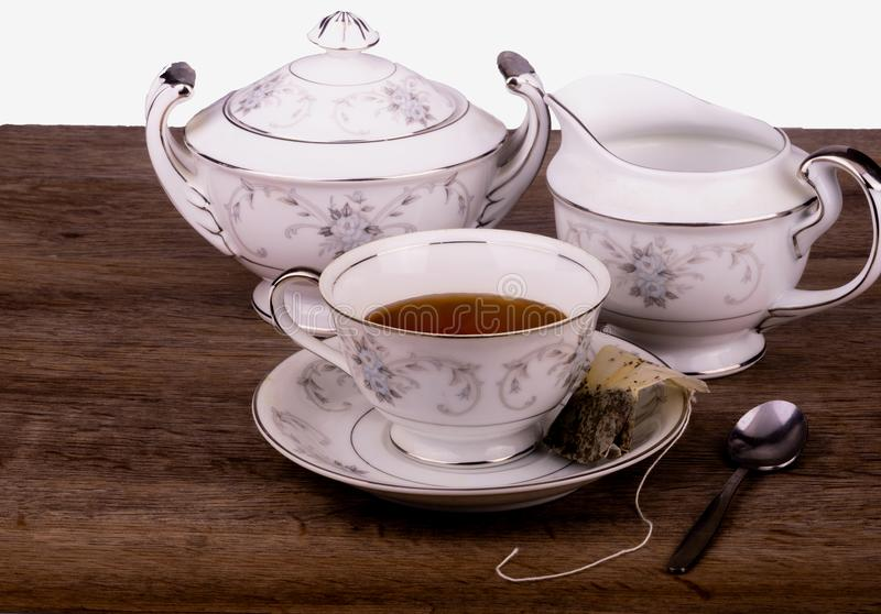 Vue supérieure de trio de temps de thé avec la tasse de thé, la crémeuse et le sucrier images libres de droits