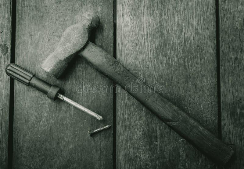 Vue supérieure de vieux marteau, tournevis et clou sur la vieille table en bois Outils de boisage pour la maison de difficulté et photographie stock libre de droits