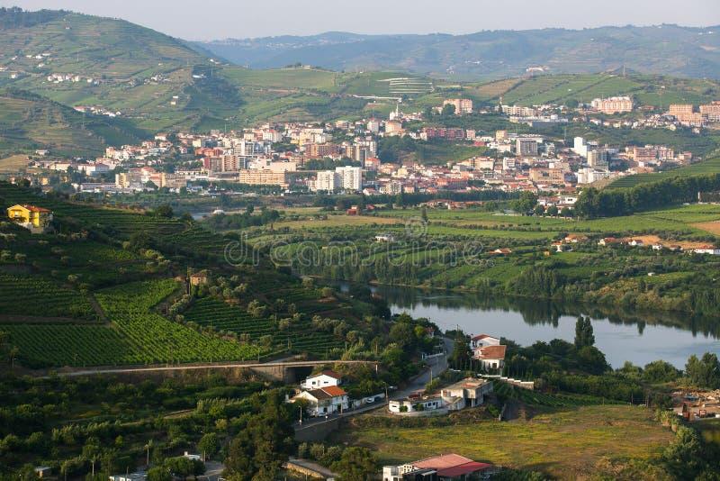 Vue supérieure de ville de rivière de Douro et du DA Regua de peso photographie stock