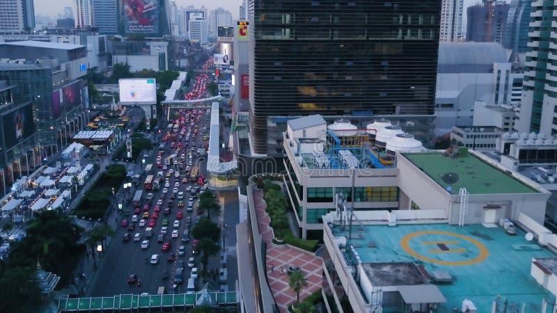 Vue supérieure de ville moderne avec un grand écoulement des voitures se tenant dans le trafic Antenne d'une ville développée ave photographie stock