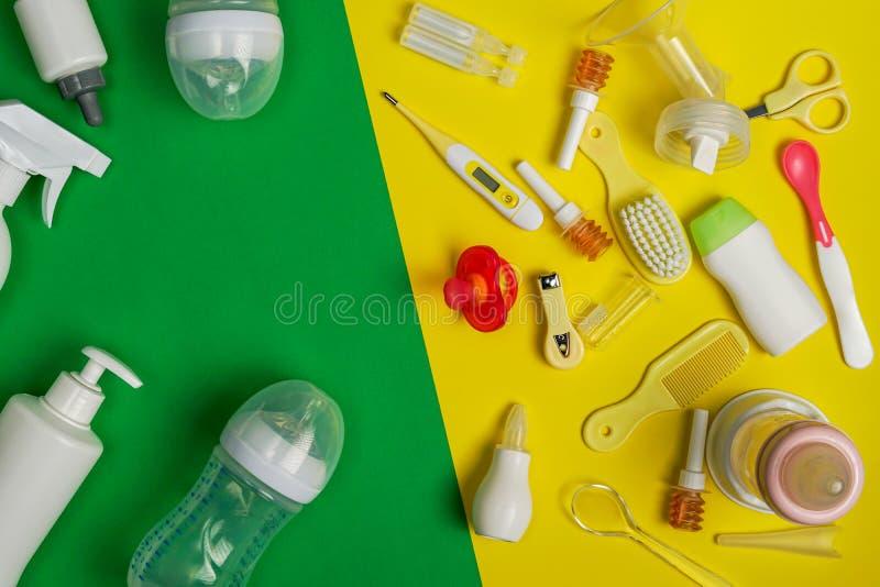Vue supérieure des accessoires de alimentation de bébé et des nécessités de soins de santé de bébé photographie stock libre de droits
