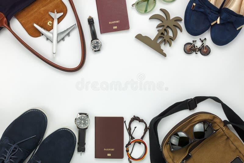 Vue supérieure des articles pour le voyage avec le fond d'hommes et de femmes de mode photos stock