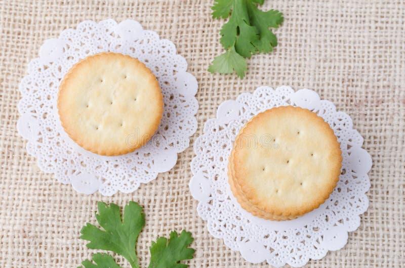 Vue supérieure des biscuits de biscuits sur le fond de sac à toile de jute image stock
