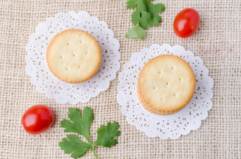 Vue supérieure des biscuits de biscuits sur le fond de sac à toile de jute photographie stock