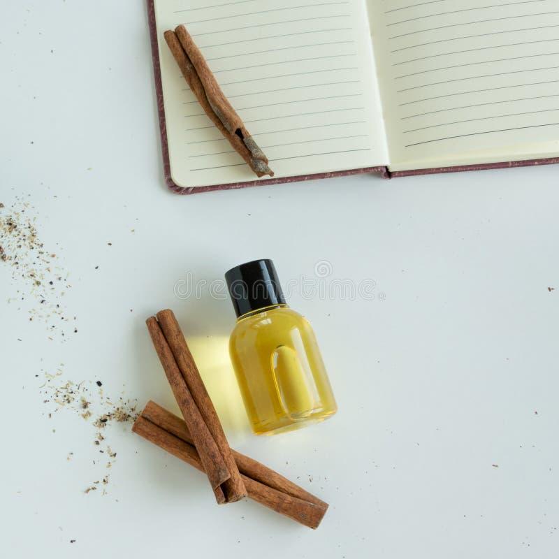 Vue supérieure des bouteilles avec l'huile essentielle de cannelle Produit cosmétique sain image stock