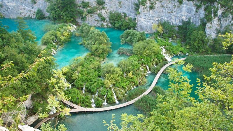 Vue supérieure des cascades et manières en bois dans des lacs Plitvice de parc national, Croatie photographie stock libre de droits