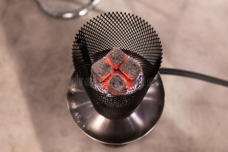 Vue supérieure des charbons chauds couvant sur une cuvette en céramique de narguilé photographie stock libre de droits