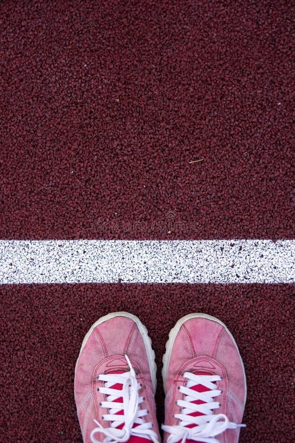 Vue supérieure des chaussures sur la voie courante image stock