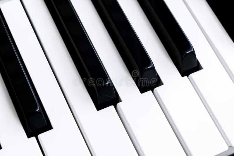 Vue supérieure des clés de piano Plan rapproché des clés de piano vue frontale étroite Clavier de piano avec le foyer sélectif Vu photos libres de droits