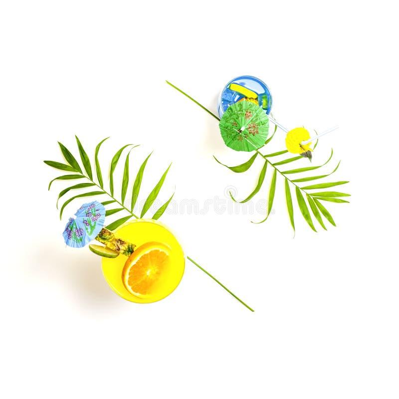 Vue supérieure des cocktails bleus et jaunes colorés d'été décorés image stock