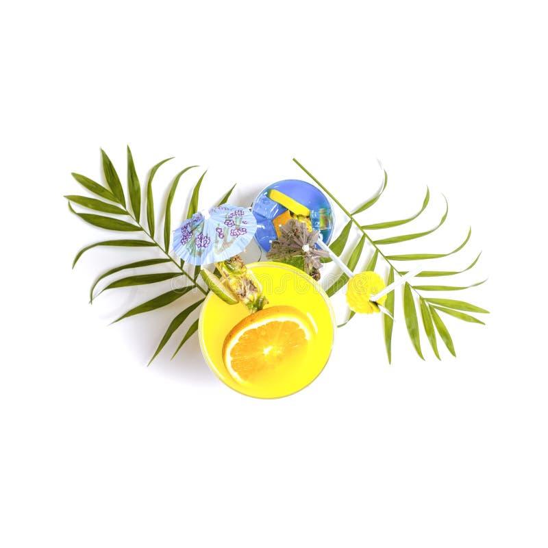 Vue supérieure des cocktails jaunes et bleus colorés d'été décorés photos stock
