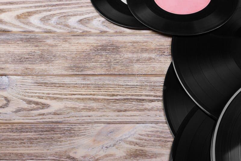 Vue supérieure des disques vinyle noirs sur le fond en bois brun Rétro modifié la tonalité Copiez l'espace photos libres de droits