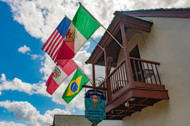 Vue supérieure des drapeaux colorés dans la rue de St George à la côte historique de la Floride photographie stock