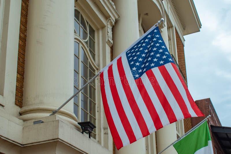Vue supérieure des Etats-Unis et des drapeaux de l'Italie sur le bâtiment italien de club à la ville de Ybor image libre de droits