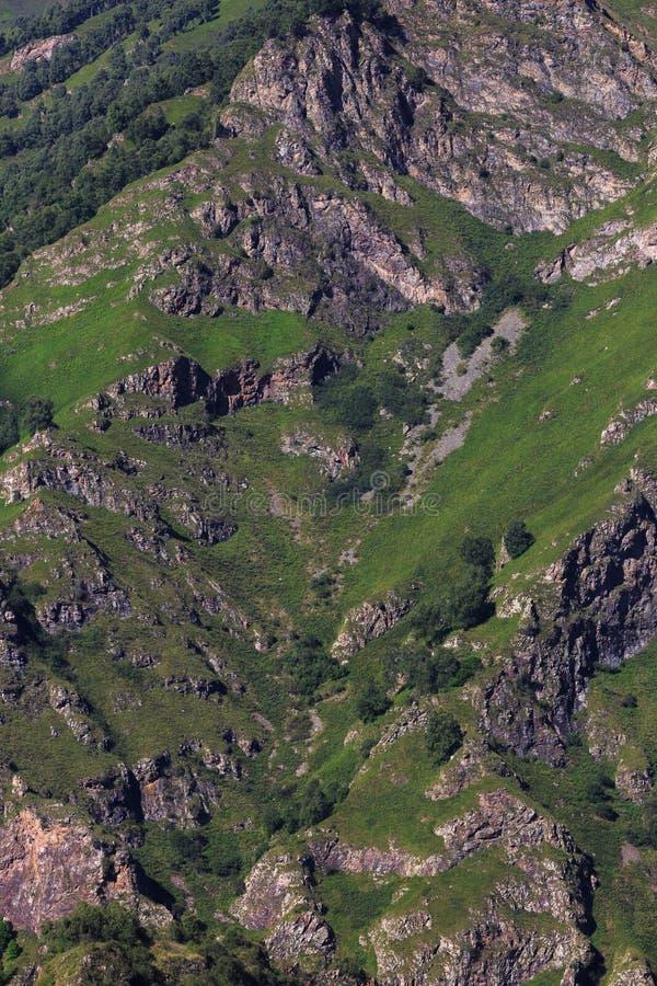 Vue supérieure des falaises rocheuses du Caucase du nord en Russie photo stock