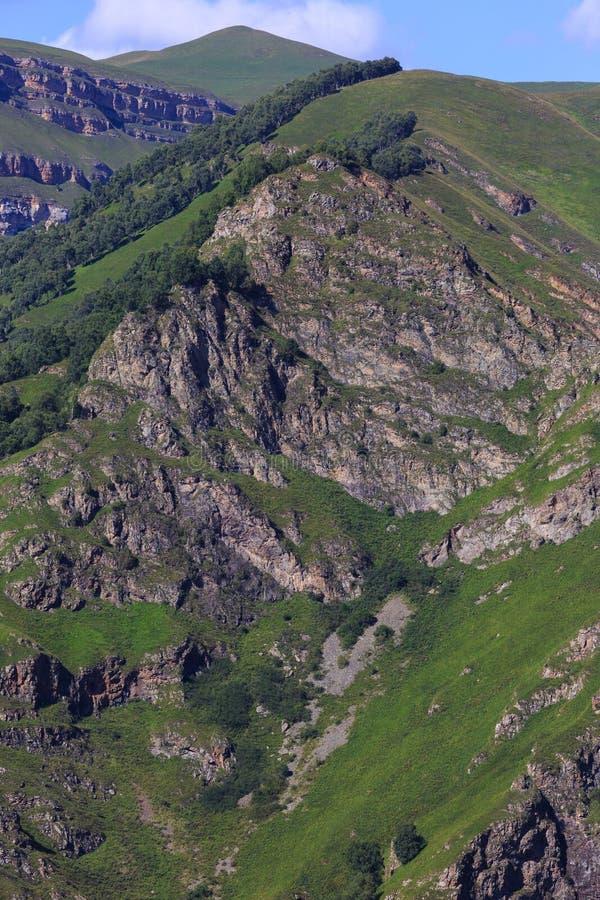 Vue supérieure des falaises rocheuses du Caucase du nord en Russie image stock