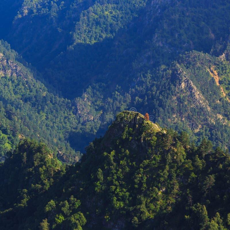 Vue supérieure des falaises rocheuses du Caucase du nord en Russie images libres de droits