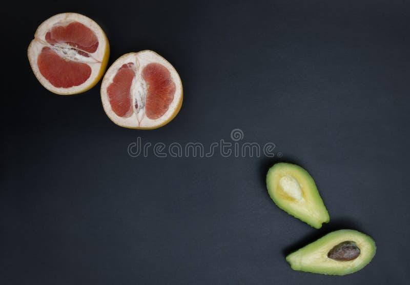 Vue supérieure des fruits tropicaux délicieux sur le fond foncé Fruits la nuit photo stock