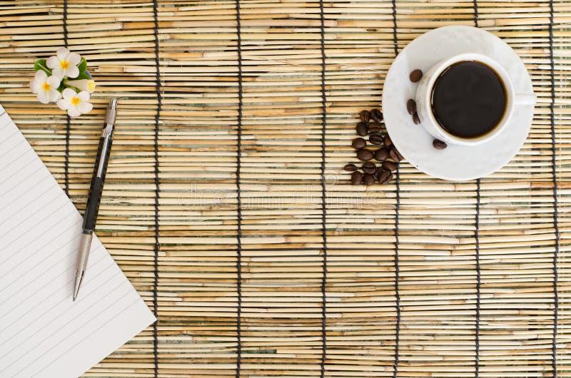 Vue supérieure des grains de café avec la tasse blanche sur le tapis du Japon photos libres de droits