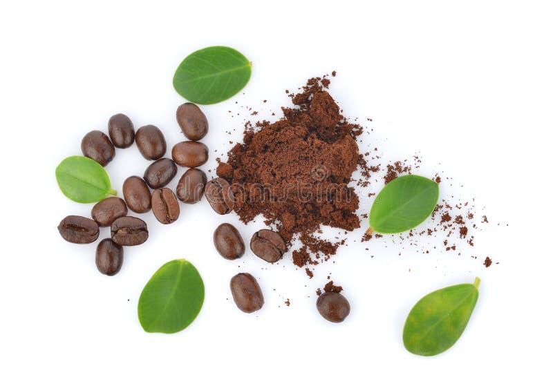 Vue supérieure des grains de café rôtis d'isolement à l'arrière-plan blanc photos stock