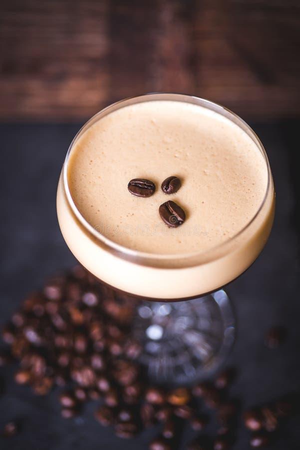 Vue supérieure des grains de café se trouvant sur le cocktail de mousse image stock