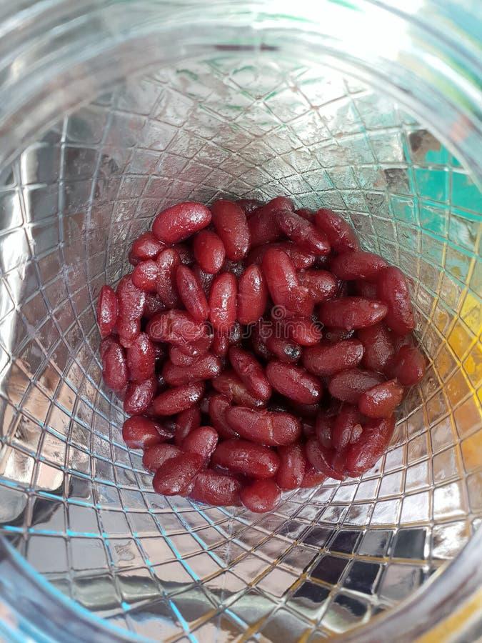 Vue supérieure des haricots nains rouges cuits dans le bol en verre pour faire les desserts thaïlandais photographie stock libre de droits