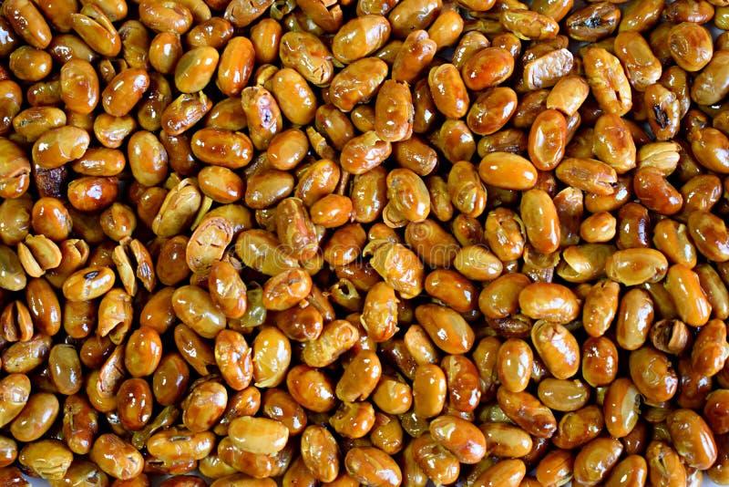 Vue supérieure des haricots rôtis de soja photos stock