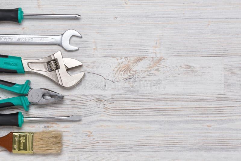 Vue supérieure des instruments et des outils de construction sur l'établi en bois de DIY avec l'espace de copie au centre photographie stock