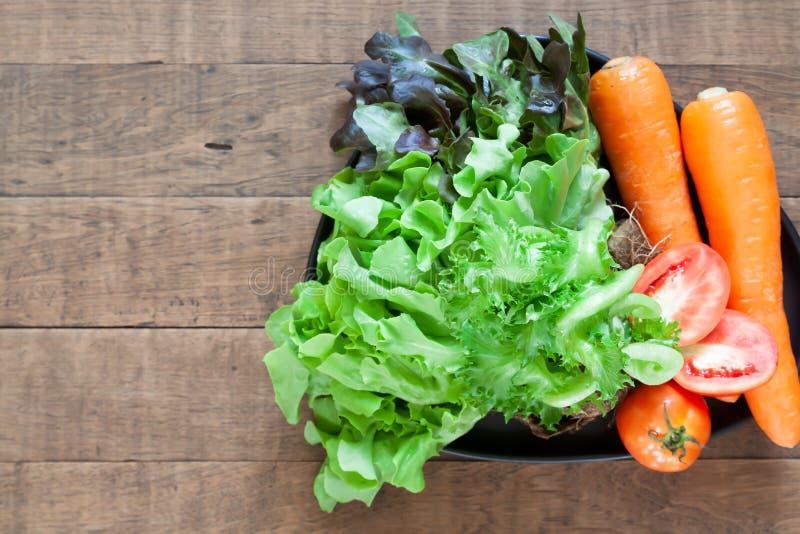 Vue supérieure des légumes frais et colorés sur la table en bois avec l'espace de copie photographie stock libre de droits