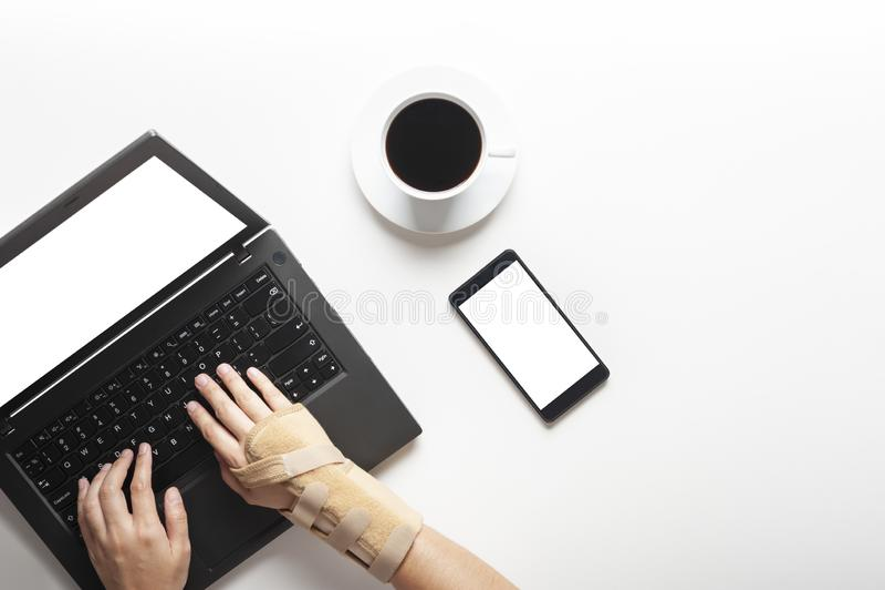 Vue supérieure des mains avec douleur de poignet d'utiliser l'ordinateur, douleur de main de syndrome de bureau image stock