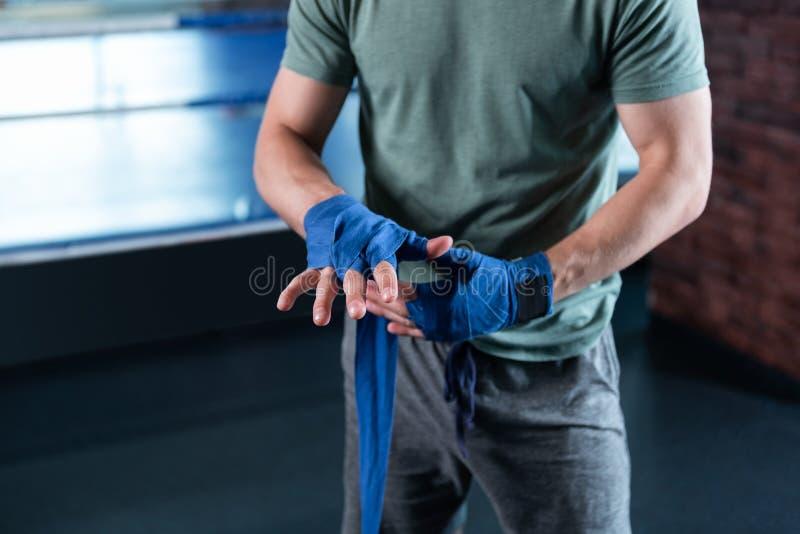 Vue supérieure des mains de muscle de combattant professionnel photos stock