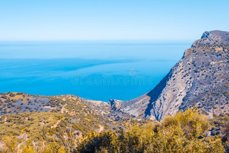 Vue supérieure des montagnes d'automne au village de Malia, de routes et des villages voisins du champ et de la mer Égée cr?te image stock
