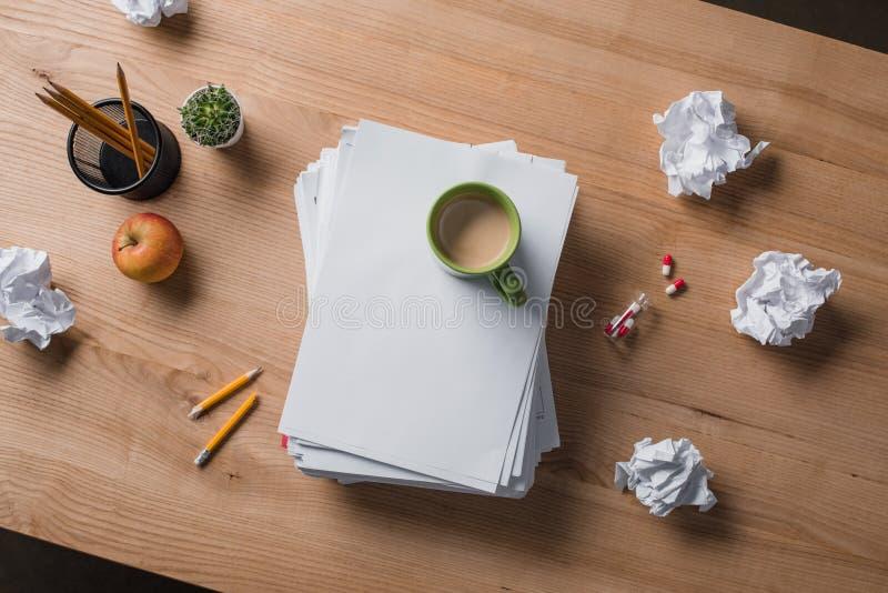 vue supérieure des papiers blancs empilés avec la tasse de café sur le dessus photo stock
